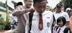 Menteri Nadiem Sambangi Sekolah Roboh di Cibinong