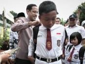 Saat menyambangi SDN Cirimekar 02 Cibinong, Kabupaten Bogor, Jawa Barat yang roboh, Mendikbud Nadiem Anwar Makarim juga memberikan sumbangan kepada para siswa yang terdampak, Senin, 6 Januari 2020 - foto: Istimewa