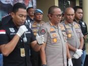 Polres Jakarta Barat memberikan keterangan pers terkait pengungkapan Kasus penusukan di Jalan Semeru Raya, Grogol, Petamburan, Jakarta Barat, yang menewaskan pelaku penusukan, Selasa, 7 Januari 2020 - foto: Bob/Koranjuri.com