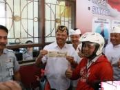 Sekda Provinsi Bali Dewa Made Indra meresmikan layanan Samsat Drive Thru di Kabupaten Tabanan. Layanan tanpa turun kendaraan itu dinamakan Samsat Gelis atau cepat - foto: Istimewa