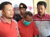 PH (tengah), oknum kepala desa Briyan, Ngombol, Purworejo, kini ditahan di Mapolres Purworejo karena tersandung kasus narkoba - foto: Sujono/Koranjuri.com