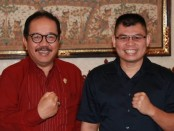 Wagub Bali Tjok Oka Artha Ardhana Sukawati bersama peraih juara dunia tinju kelas bulu pertama Indonesia Chris John - foto: Istimewa