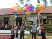 Pelepasan balon cita-cita dan harapan ke udara, menandai dilaunchingnya Penguatan Program Literasi dan Afirmasi di SMP N 2 Purworejo, Kamis (2/1/20) pagi - foto: Sujono/Koranjuri.com