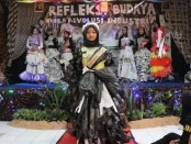 Fashion show menggunakan barang bekas, menjadi puncak kegiatan ArtTICK 9th SMK TI Kartika Cendekia, Sabtu (4/1)  - foto: Sujono/Koranjuri.com