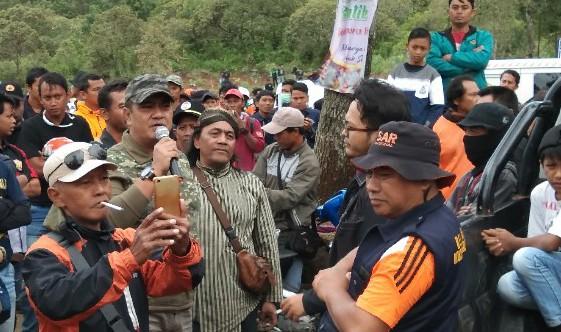 Keterangan foto:Ketua DPPSBI bersama para aktifis pelestari alam/foto:koranjuri