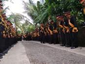 Para pengikut Keraton Agung Sejagat, saat menyambut kedatangan pimpinan mereka, Sinuhun Totok Santosa Hadiningrat dan permaisuri Kanjeng Ratu Dyah Gitarja, Minggu (12/1/2020) - foto: Sujono/Koranjuri.com