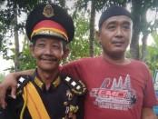 Namono berseragam pembesar (kiri) warga Pogung Jurutengah yang menjadi salah satu jendral di Keraton Agung Sejagat, dan selama tiga tahun belum pernah gajian - foto: Sujono/Koranjuri.com