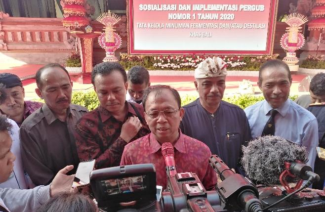 Gubernur Bali Wayan Koster menggelar sosialisasi Pergub No 1 Tahun 2020 tentang Tata Kelola Minuman Fermentasi Dan/Atau Destilasi Khas Bali di rumah Jabatan Jaya Sabha, Denpasar, Rabu, 5 Februari 2020 - foto: Koranjuri.com