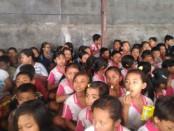 Lansia dan siswa kurang mampu di Banjar Linggawana, Desa Kerta Mandala, Abang, Karangasem menerima bantuan sosial menjelang hari raya Galungan dan Kuningan - foto: Istimewa
