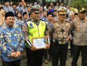Anggota Satuan Lalu Lintas Polres Metro Jakarta Barat, Bripka Sigit Prabowo menerima penghargaan atas tindakan heroik menyelamatkan penumpang Trans Jakarta yang terkena serangan jantung - foto: Bob/Koranjuri.com