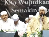 Masyarakat Purworejo bersholawat bersama Habib Syech, Senin (17/2) malam - foto: Sujono/Koranjuri.com