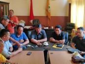 Plt Ketua DPD Partai Golkar Provinsi Bali Gde Sumarjaya Linggih memberikan keterangan terkait pengunduran waktu Musda DPD I Partai Golkar Bali dari awalnya 22 Februari 2020 menjadi Senin, 24 Februari 2020 - foto: Koranjuri.com