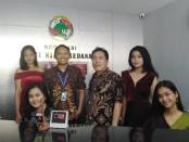 Pengurus Koperasi Tri Niaga Sedana (TNS) beserta staf - foto: Koranjuri.com