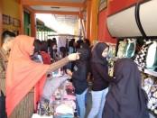Kepala SMK Batik Purworejo, Yati Dwi Puspita Adi, SPd, saat meninjau stand dalam Bazar Amal yang diselenggarakan oleh siswa kelas XII jurusan OTKP, Sabtu (29/2) - foto: Sujono/Koranjuri.com
