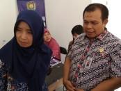 Sekda Said Romadhon (kanan), didampingi dr Sudarmi, Kepala Dinas Kesehatan Kabupaten Purworejo - foto: Sujono/Koranjuri.com