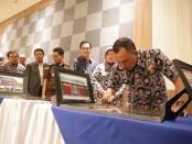 Bupati Purworejo Agus Bastian, saat menandatangani prasasti, tanda diresmikannya proyek-proyek pembangunan fisik tahun 2019, Kamis (27/2/2020) - foto: Sujono/Koranjuri.com