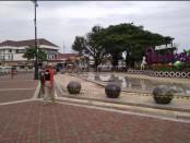 Dalam rangka usaha memutus penyebaran virus corona, Pemkab Purworejo menutup sementara area alun-alun, Minggu (22/3) - foto: Sujono/Koranjuri.com