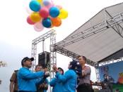 Pelepasan balon ke udara oleh Wabup Yuli Hastuti dan Bunda PAUD Fatimah Verena Prihastyari, menandai dimulainya Gebyar PAUD, Pekan Olahraga Pelajar Daerah (POPDA) dan Pameran Pendidikan Non Formal (PNF) Kabupaten Purworejo, Rabu (4/3) - foto: Sujono/Koranjuri.com
