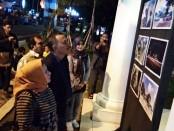 Bupati Purworejo Agus Bastian bersama istri, didampingi Sekda Said Romadhon dan Kabag Humas dan Protokol, Rita Purnama, saat meninjau pameran foto pembangunan di Paseban Timur alun-alun Purworejo, Kamis (5/2) malam - foto: Sujono/Koranjuri.com