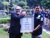 Ketua Komisi Perlindungan Anak Indonesia (KPAI) menyerahkan penghargaan secara simbolis kepada Direktur Reskrimsus Polda Metro Jaya Kombes Iwan Kurniawan, Kamis, 12 Maret 2020 - foto: Bob/Koranjuri.com