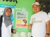 Guna mengantisipasi penyebaran virus Corona (Covid-19), Akper Pemkab Purworejo membagikan poster yang berisikan tentang pengertian, gejala dan pencegahannya, pada masyarakat, Jum'at (20/3), dipimpin oleh Direktur Akper Pemkab Purworejo, Wahidin, SKep, Ms, MKep (kanan) - foto: Sujono/Koranjuri.com