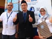 Kepala SMK Kesehatan Purworejo Nuryadin, SSos, MPd, bersama Manajer Marketing BRI Cabang Purworejo, Zulhendry S, usai peluncuran aplikasi Smart Yunior, Senin (2/3) - foto: Sujono/Koranjuri.com