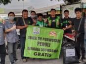 Pengemudi ojol Gojek BC Purwosari adakan aksi sosial berbagi 500 masker gratis - foto: Koranjuri.com