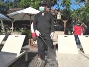 Wakil Gubernur Bali Tjokorda Oka Artha Ardhana Sukawati melakukan penyemprotan cairan disinfektan di sejumlah tempat publik dan hotel di kawasan Sanur, Minggu, 15 Maret 2020 - foto: Koranjuri.com