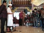 Gubernur Bali Wayan Koster bersama Wagub Tjokorda Oka Artha Ardhana Sukawati memberikan keterangan kepada media di Bali terkait kondisi terkini Bali terserang wabah virus corona covid-19, Senin, 16 Maret 2020 - foto: Koranjuri.com