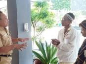 Roedito Eka Suwarno, Kepala UPPD Kabupaten Purworejo, saat mensosialisasikan pada wajib pajak, untuk wajib cuci tangan sebelum memasuki ruang pelayanan, sebagai upaya pencegahan penyebaran virus Covid-19 - foto: Sujono/Koranjuri.com