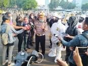 Apel Pagi, Ditlantas Polda Metro Jaya melakukan penyemprotan disinfektan terhadap 350 kendaraan operasional dalam rangka mengantisipasi penyebaran pandemik virus corona, Sabtu, 28 Maret 2020 - foto: Bob/Koranjuri.com