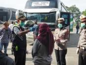 Meminimalisir penyebaran Covid-19 melalui para pemudik yang mulai berdatangan ke Purworejo, Satlantas Polres Purworejo melakukan sterilisasi, dengan penyemprotan disinfektan ke bus, awak bus, dan penumpang, Sabtu (28/3), di terminal bus Purworejo - foto: Sujono/Koranjuri.com