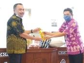 Bupati Purworejo Agus Bastian, saat menyerahkan bantuan sembako kepada para korban terdampak Covid-19, yang secara simbolis diserahkan kepada Camat Purworejo, Sudaryono - foto: Sujono/Koranjuri.com