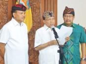 Gubernur Bali Wayan Koster membacakan instruksi gubernur nomor 8551 Tahun 2020 tentang penguatan pencegahan dan penanganan Covid-19 di Bali, Kamis, 2 April 2020 - foto: Istimewa