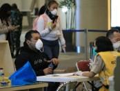 Petugas di Bandara Ngurah Rai Bali melakukan pemeriksaan kesehatan kepada pekerja migran kapal pesiar pada Jumat, 10 April 2020 - foto: Istimewa