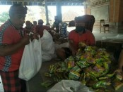 Suasana saat pendistribusian paket sembako kepada masyarakat Desa Bedulu, Blahbatuh Gianyar, Minggu (12/4/2020) - foto: Catur/Koranjuri.com