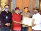 Gubernur menyerahkan secara simbolis bantuan masker dari ASN Pemprov Bali usai rapat bersama Bupati/Walikota se-Bali, Senin (13/4/2020) - foto: Istimewa