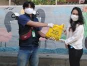 Aliansi Bali Lawan Covid-19 membagikan sembako gratis kepada warga di Denpasar, Jumat, 24 April 2020 - foto: Istimewa