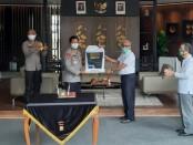 PT Wilmar Nabati Indonesia memberi bantuan kepada Polda Metro Jaya berupa 7 ton sabun pencuci tangan dan 25 unit tangki tempat cuci tangan dari Aprobi - foto: Istimewa