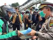Bantuan paket beras dari presiden Joko Widodo kepada para pengemudi transportasi Jakarta dilakukan oleh Direktorat Lalu Lintas Polda Metro Jaya - foto: Bob/Koranjuri.com