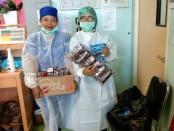 Petugas Medis di RSUD Sanjwani Gianyar yang memperlihatkan sumbangan yang diterima, Kamis (2/4/2020) - foto: Catur/Koranjuri.com
