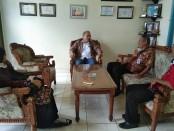 Kepala Dinperinaker Kabupaten Purworejo, Gathot Suprapto, SH, saat melakukan kunjungan ke sebuah perusahaan, dalam rangka antisipasi penyebaran Covid-19 - foto: Sujono/Koranjuri.com