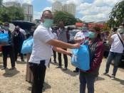 Dengan dibantu Polda Metro Jaya, pembagian sembako terus berlanjut di wilayah DKI untuk warga yang terdampak langsung pembatasan sosial akibat pandemi global covid-19 - foto: Bob/Koranjuri.com