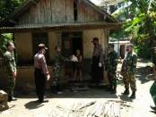 Para personel dari Polsek Grabag dan Koramil Grabag, Purworejo, Kamis (9/4), saat melaksanakan kegiatan bakti sosial - foto: Sujono/Koranjuri.com