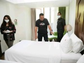 Bupati Gianyar I Made Mahayastra saat mengecek kondisi kamar hotel Maxnone yang akan digunakan sebagai tempat karantina PMI asal Gianyar, Rabu (15/4/2020) - foto: Catur/Koranjuri.com