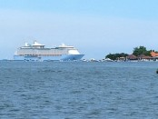 Kapal pesiar Voyager of the Seas tidak diijinkan sandar di dermaga cruise pelabuhan Benoa untuk menurunkan 232 pekerja migran kapal pesiar asal Bali dan sejumlah daerah lain di Indonesia, Kamis, 16 April 2020 - foto: Koranjuri.com