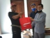 Korlap MTR Korca Gemolong tengah memberikan bantuan sembako kepada masyarakat terdampak corona - foto: Koranjuri.com