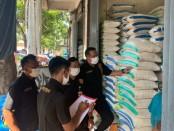 Sejumlah personil dari Polres Gianyar saat melakukan pengecekan sembako terutama beras disejumlah supermarket di Kabupaten Gianyar, Jumat (17/4/2020) - foto: Catur/Koranjuri.com