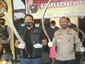 Kabid Humas Polda Metro Jaya Kombes Pol Yusri Yunus menunjukkan sajam yang akan digunakan untuk tawuran - foto: Istimewa