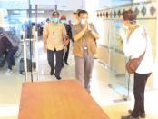 Ketua Harian Gugus Tugas Percepatan Penanganan COVID-19 Bali Dewa Made Indra memantau kedatangan PMI ABK di Pelabuhan Benoa - foto: Istimewa